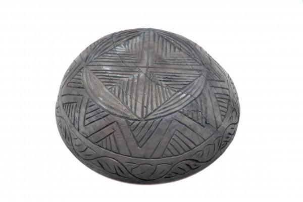 Ancien plat sculpté noir