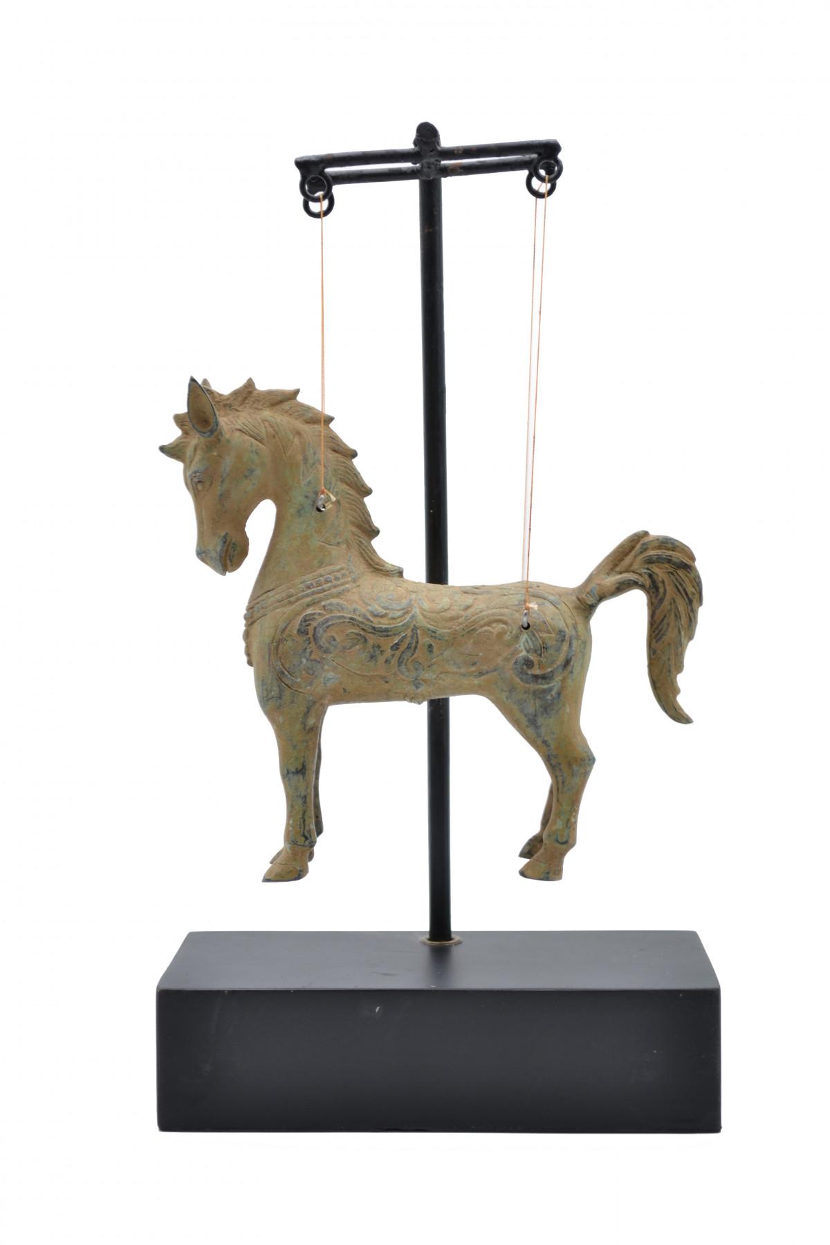 Cheval sur fils en bronze 1