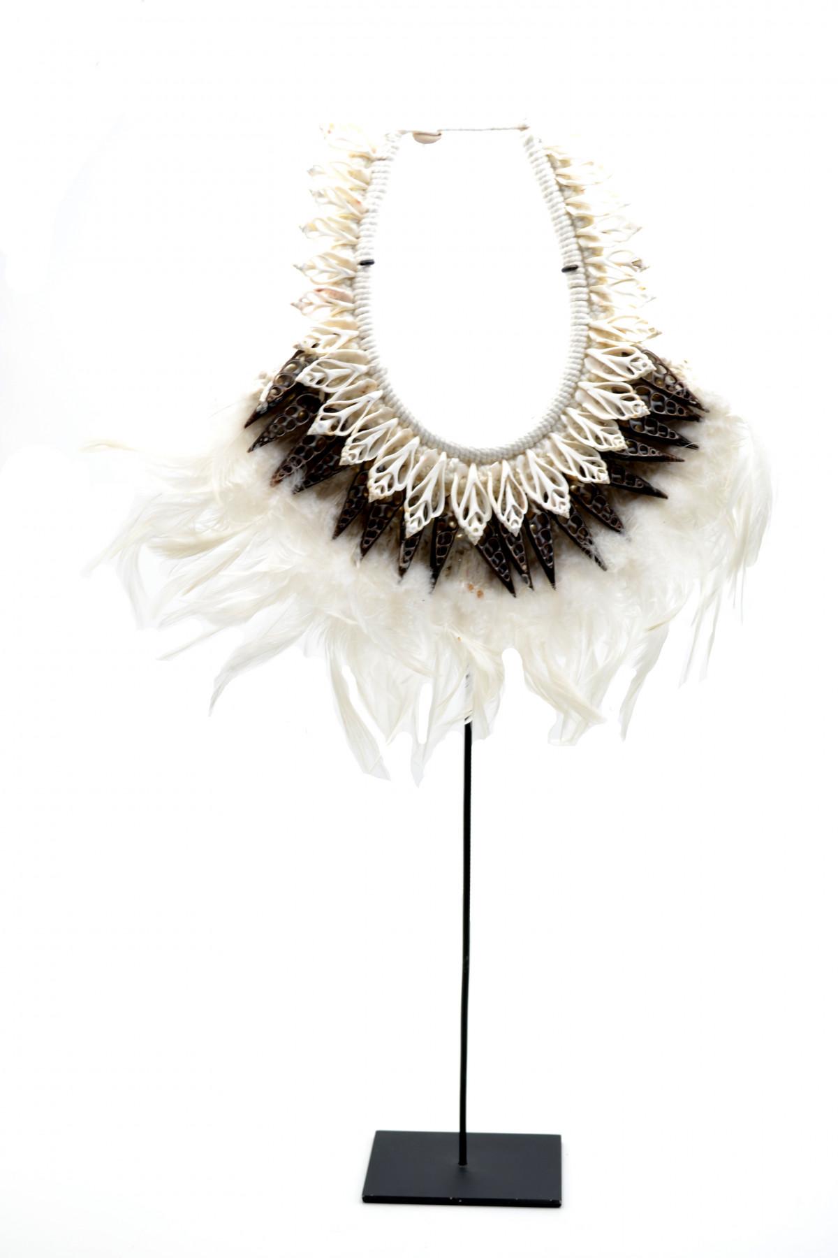 Collier de cérémonie Papou en plumes et coquillages 1