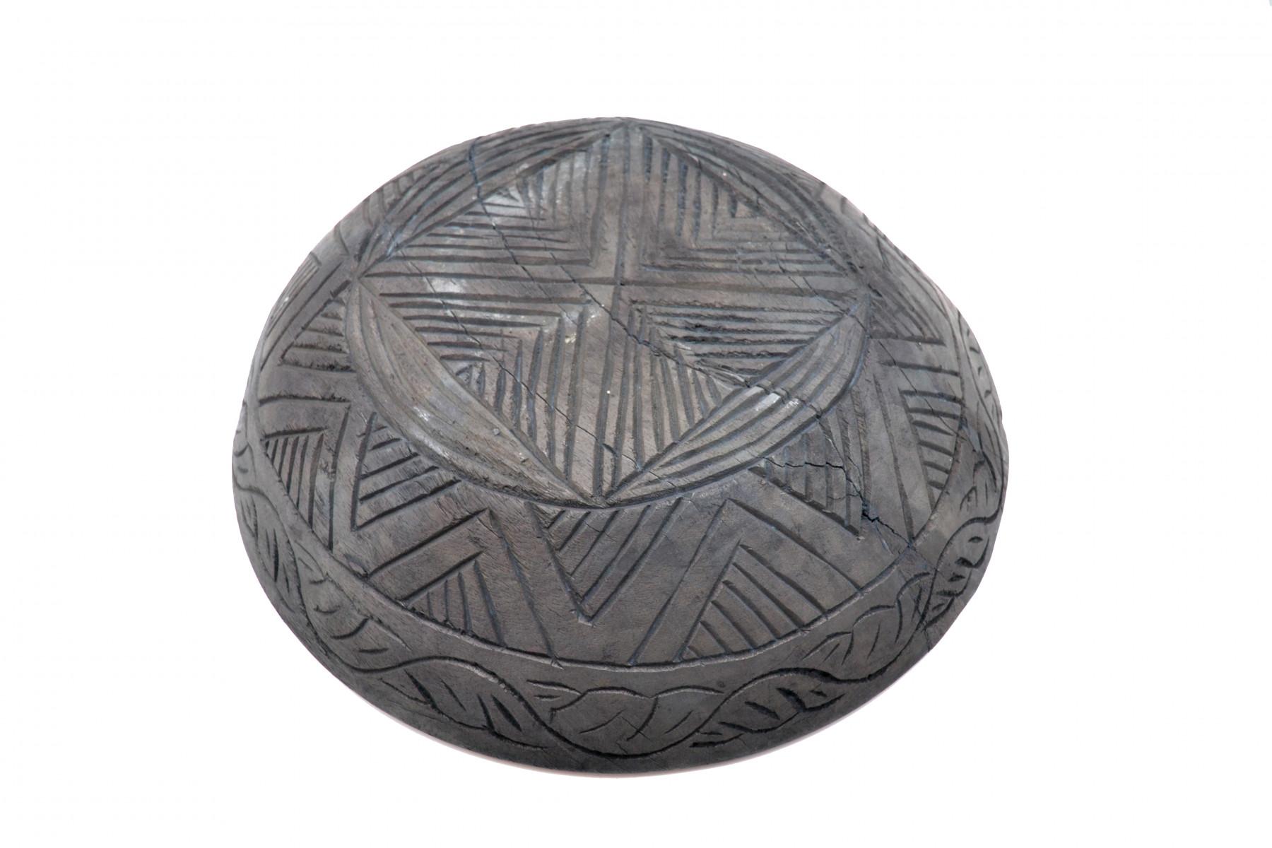 Ancien plat sculpté noir 1