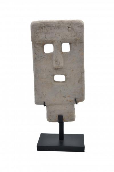 Masque en pierre sur socle