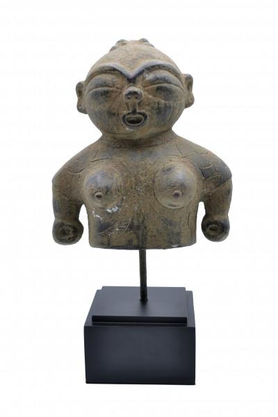 Statue primitive en bronze sur socle
